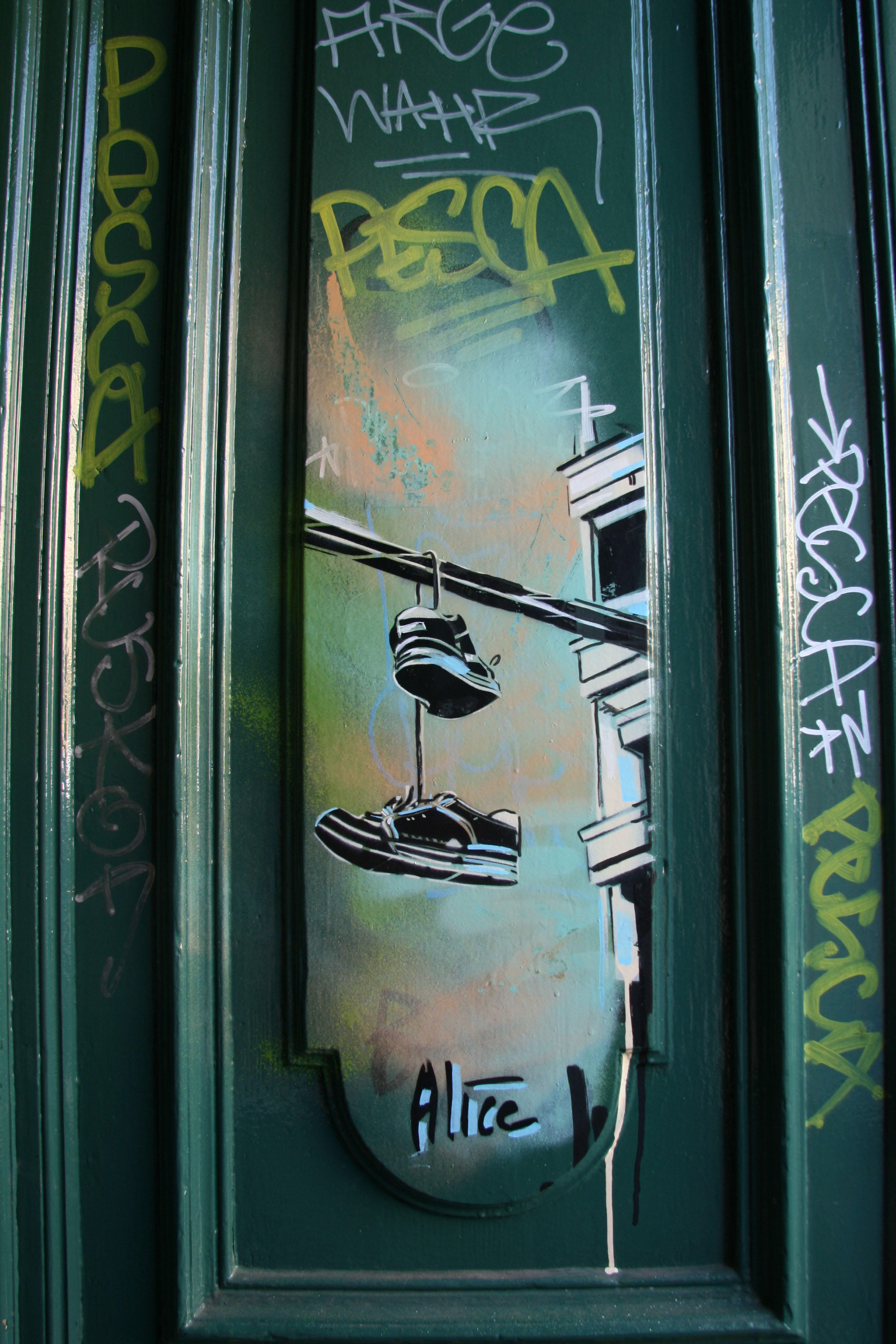 Trainers on a telephone line: Street Art by AliCé (Alice Pasquini) in Berlin