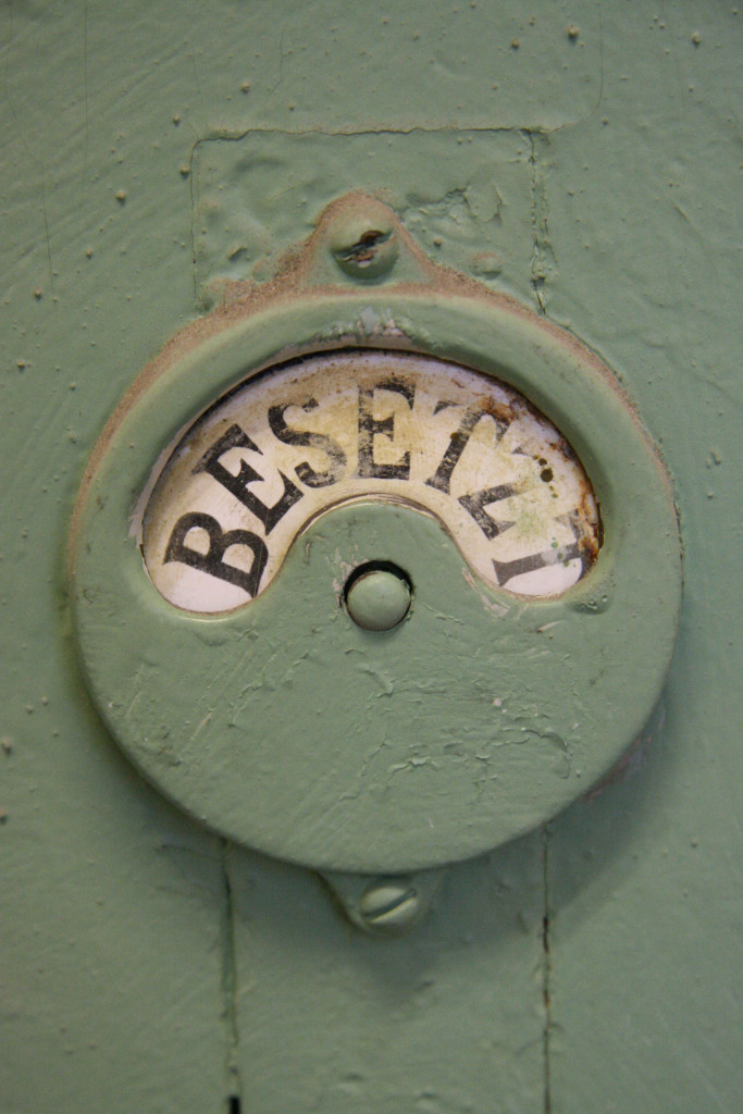 A changing room lock shows 'Besetzt' (Occupied) at Stadbad Prenzlauer Berg in Berlin
