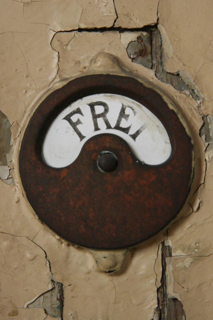 A changing room lock shows 'Frei' (Vacant) at Stadbad Prenzlauer Berg in Berlin