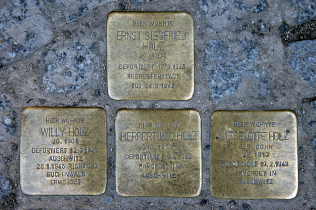 Stolpersteine 48: In memory of Ernst Siegfried Holz, Willy Holz, Herbert Leo Holz and Lieselotte Holz (Rochstrasse 1) in Berlin