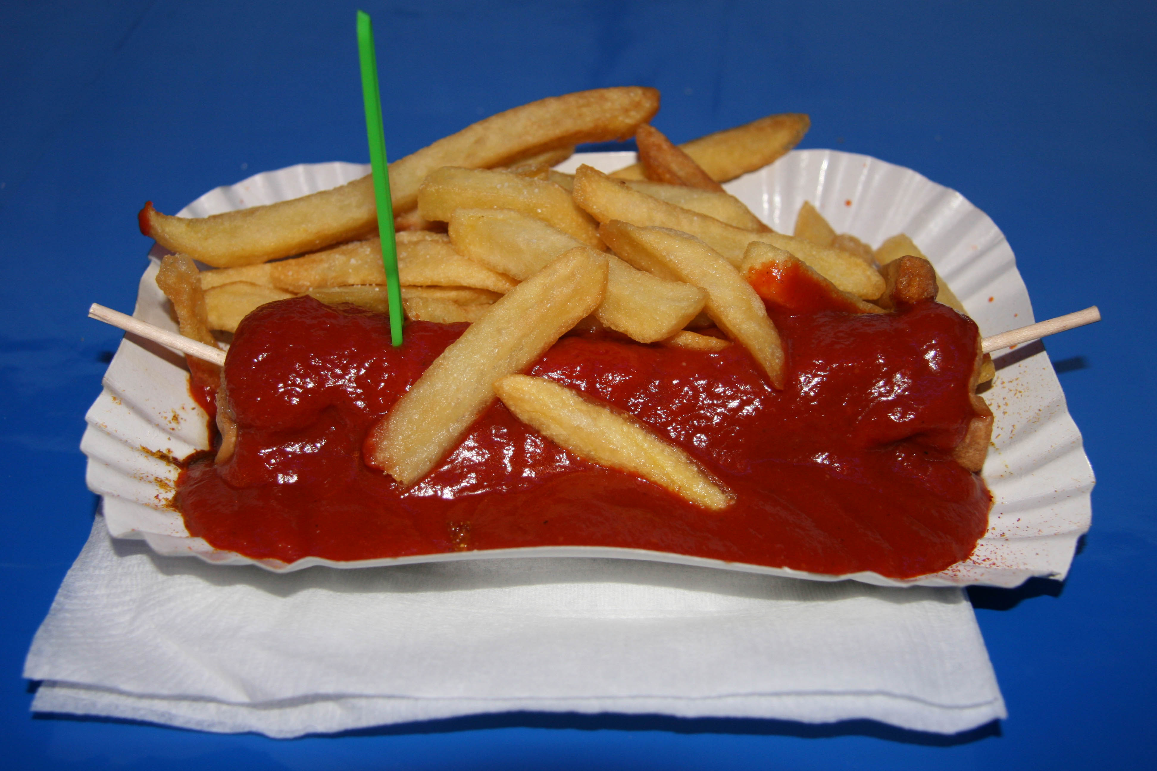 Currywurst & Chips (Currywurst mit Pommes) at Krasselt's Imbiss in Steglitz in Berlin