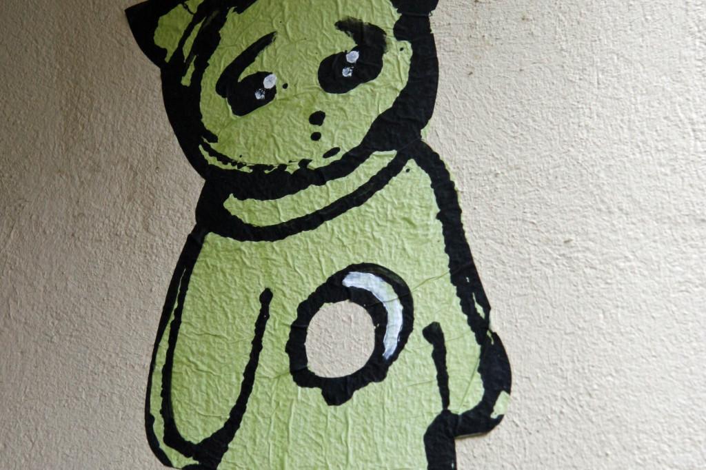 Kitti Hanging: Street Art by El Bocho in Berlin