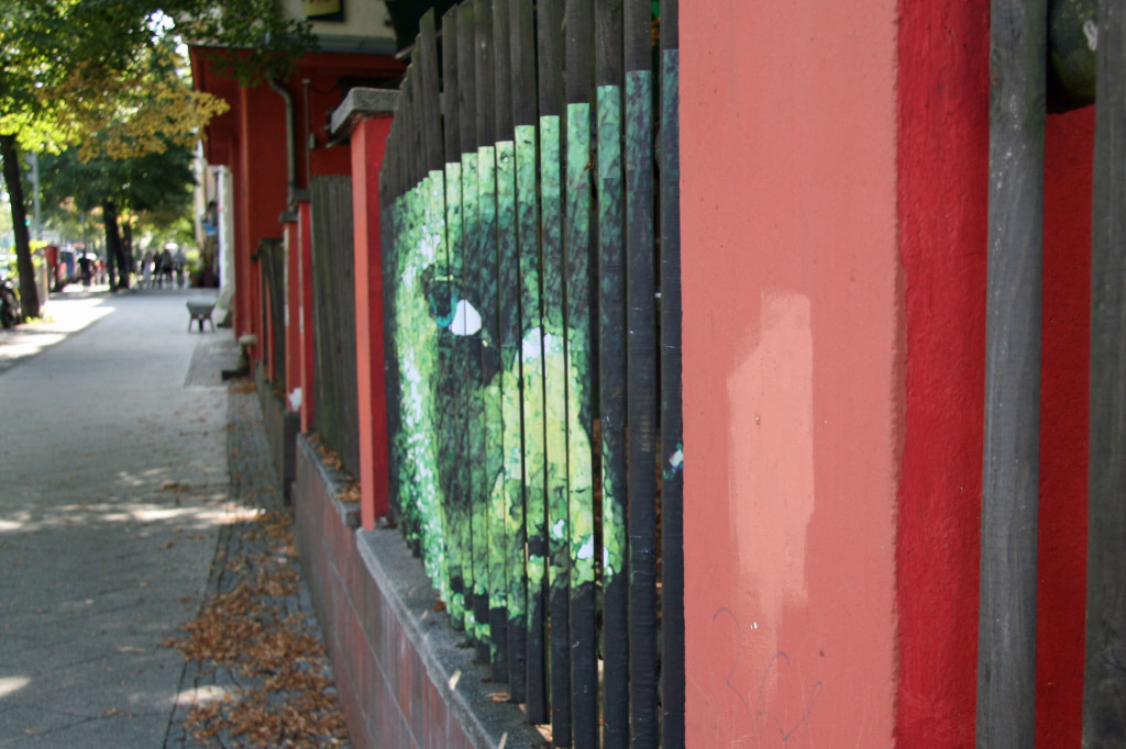 Face On Railings: Street Art by Mentalgassi in Berlin