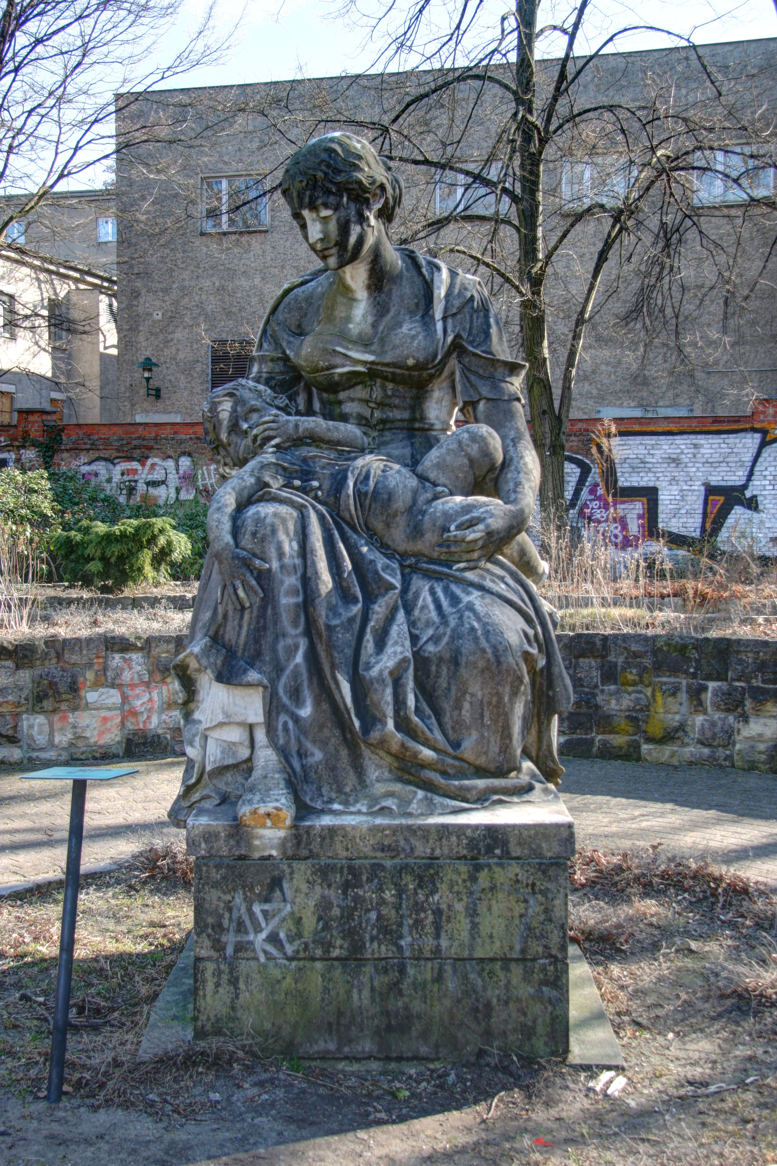 Mutter Mit Kind (Mother With Child) Sculpture in Volkspark Friedrichshain in Berlin