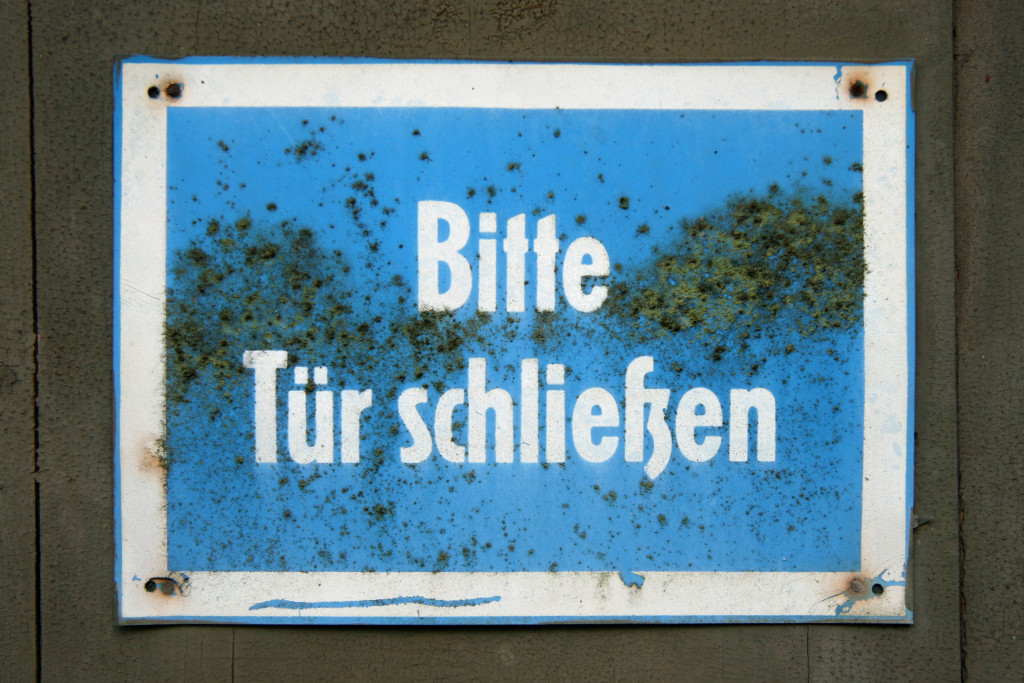 A sign reads Bitte Tür Schliessen (Please Close The Door) at Sanatorium E near Potsdam