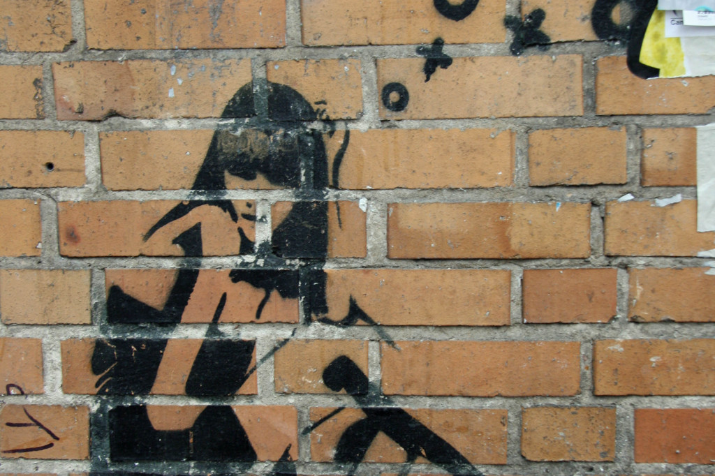 Girl, I think you're grate: Street Art by XOOOOX in Berlin
