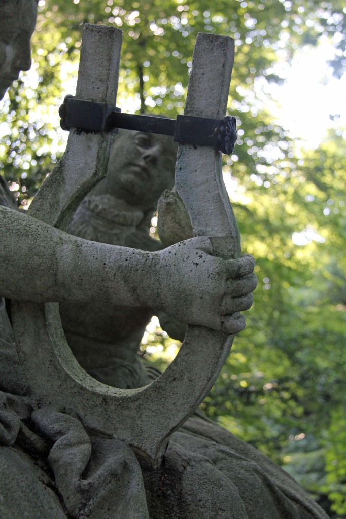 A close up of Das Deutsche Volklied, a statue in the Tiergarten in Berlin