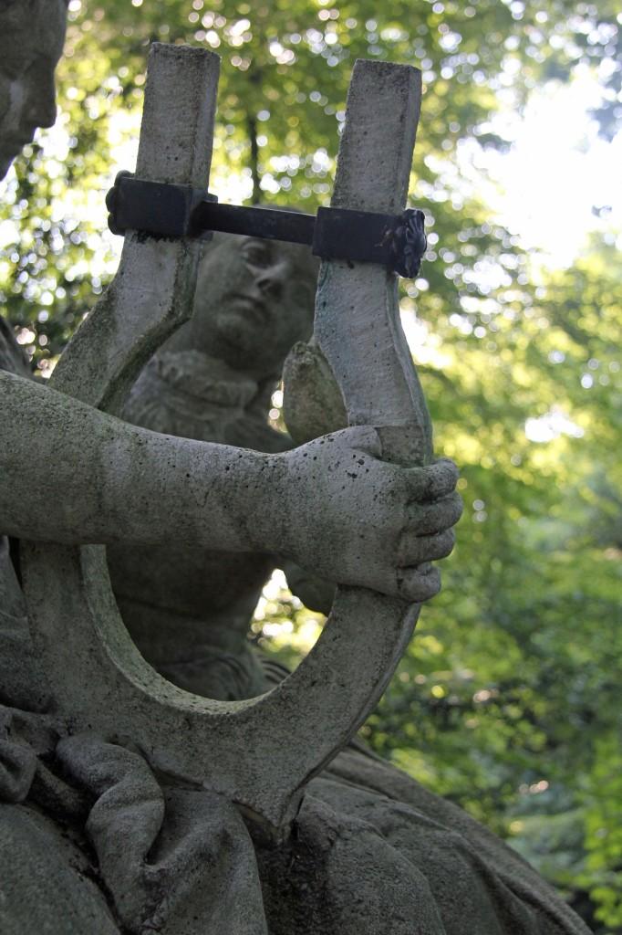 A close up of Das Deutsche Volklied, a statue in the Tiergarten in Berlin
