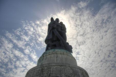 rp_soviet-war-memorial-statue-into-the-sun-1024x681.jpg