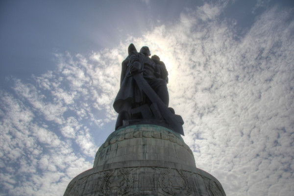 rp_soviet-war-memorial-statue-into-the-sun-1024x681.jpg