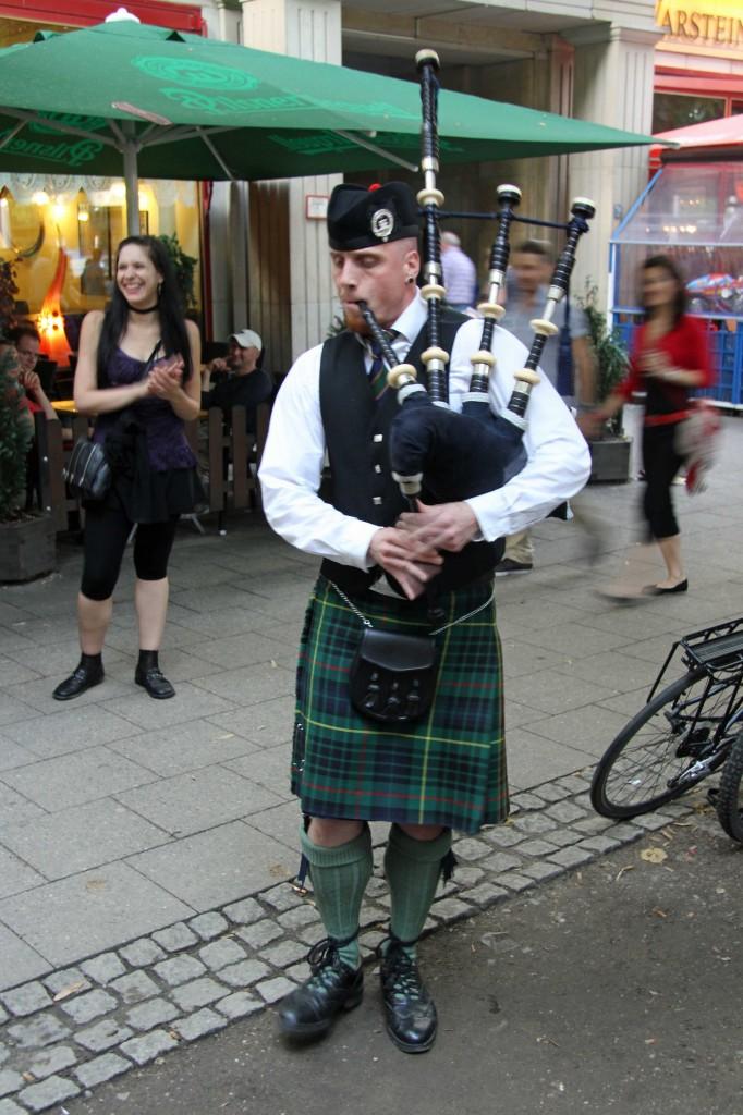 An Piper entertains the crowd at the International Berlin Beer Festival (Internationales Berliner Bierfestival)