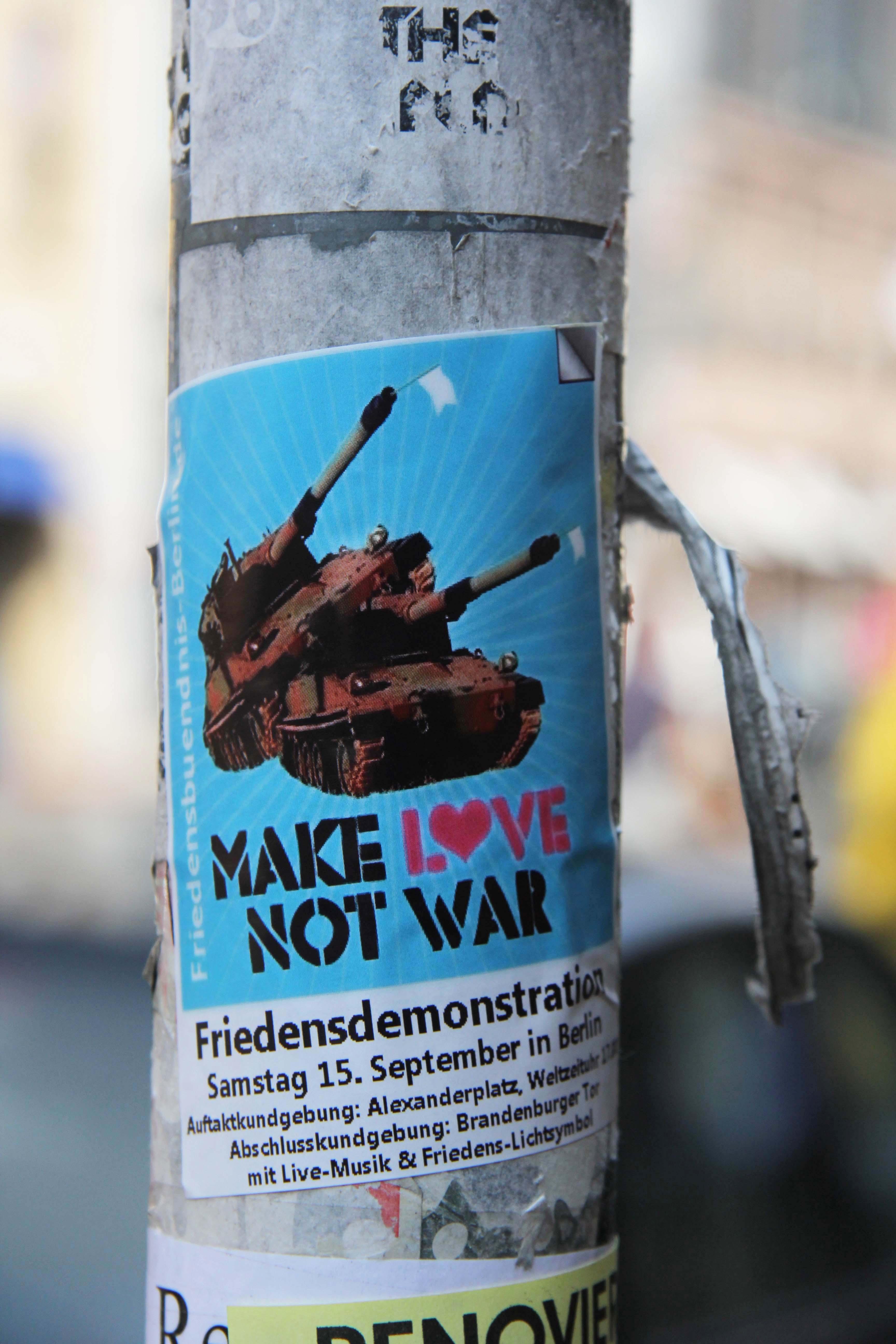 Make Love Not War: Sticker in Berlin