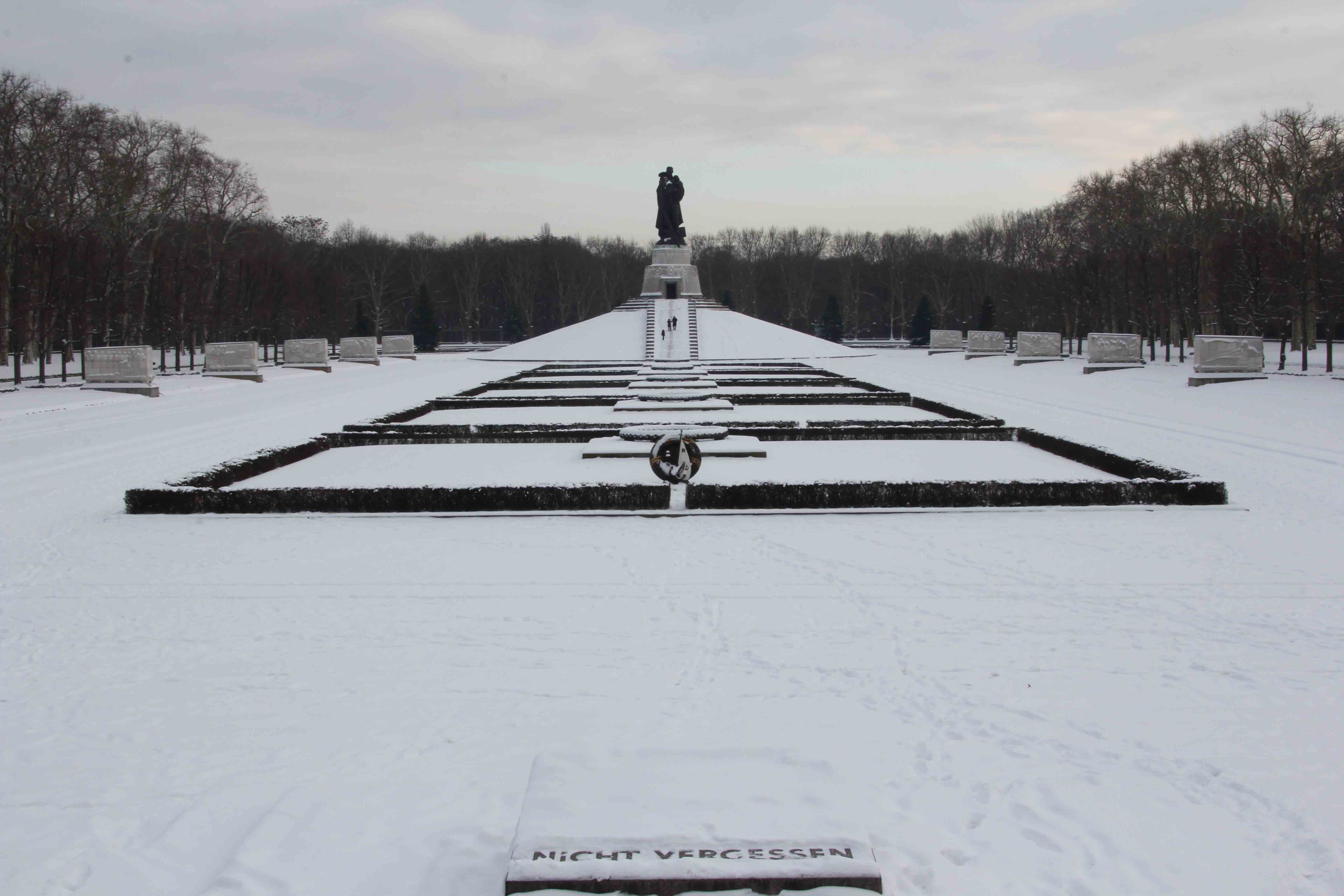 Nicht Vergessen at the Soviet War Memorial in Treptower Park in Berlin