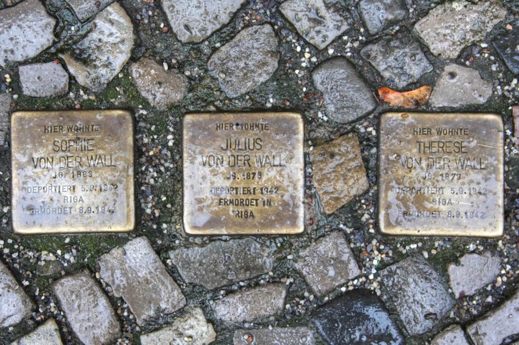 Stolpersteine Berlin 179: In memory of Sofie von der Wall, Julius von der Wall and Therese von der Wall (Keithstrasse 14)
