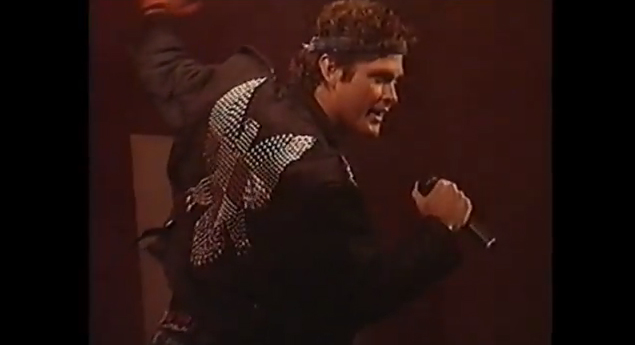 David Hasselhoff – Looking For Freedom (Live in Berlin) sung on the Berlin Wall on New Year's Eve 1989