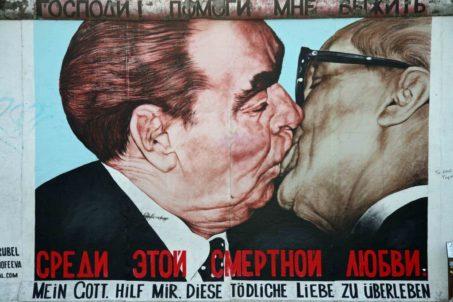 rp_dmitri-vrubel-fraternal-kiss-brezhnev-and-honecker-embrace-1024x683.jpg
