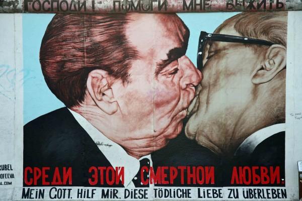 rp_dmitri-vrubel-fraternal-kiss-brezhnev-and-honecker-embrace.jpg