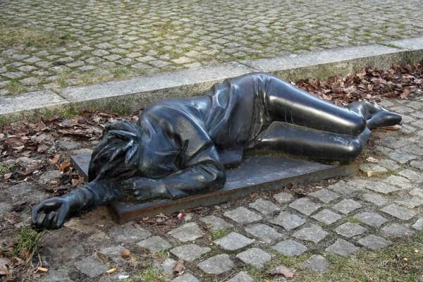 rp_Ludmila-Seefried-Matejková-Sleeping-punk-statue-in-Berlin-Wilmersdorf-1024x682.jpg