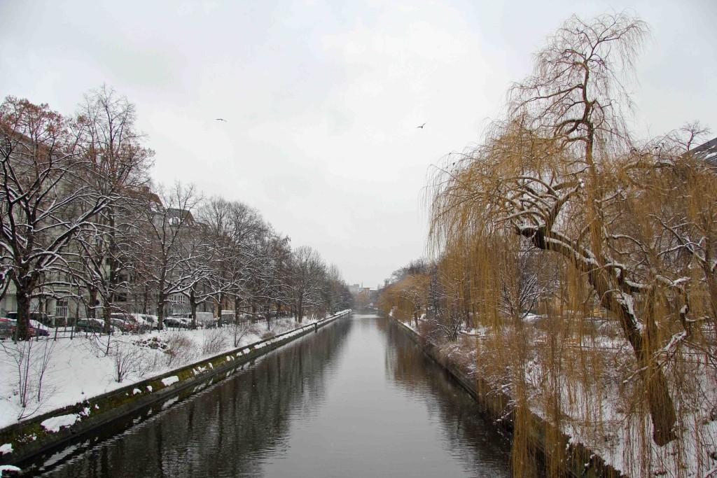 The Landwehrkanal from Hobrechtbrücke on a snowy Berlin day