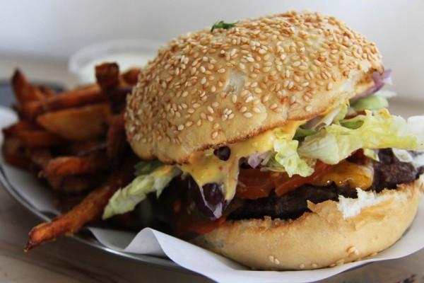 rp_Chilli-Cheeseburger-and-Süßkartoffel-Pommes-at-Schiller-Burger-Berlin-1024x682.jpg