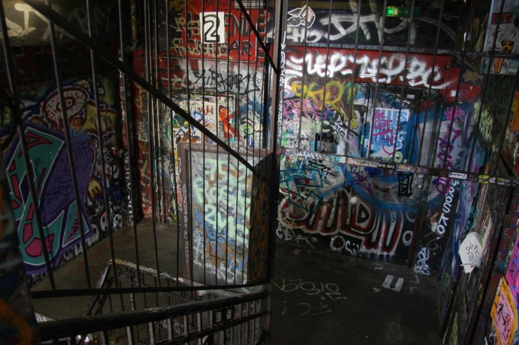 Treppenhaus voll Graffiti und Käfig im ehemaligen besetzten Gebäude dem Kunsthaus Tacheles in Berlin