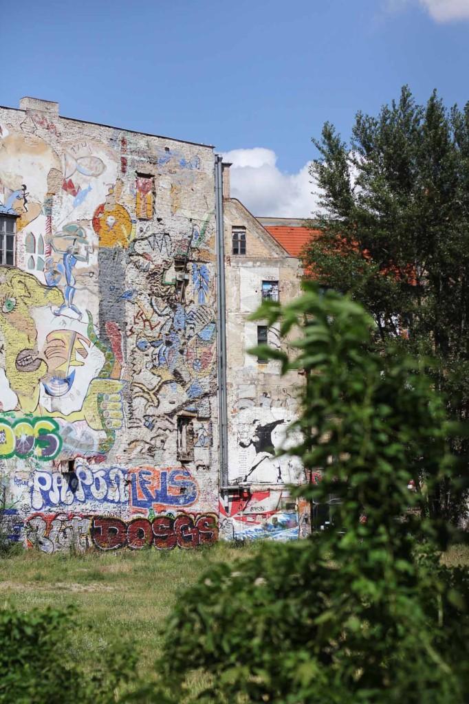 Flower Chucker / Flower Thrower - Street Art von Banksy im Hinterhof des ehemaligen Kunsthaus Tacheles in Berlin