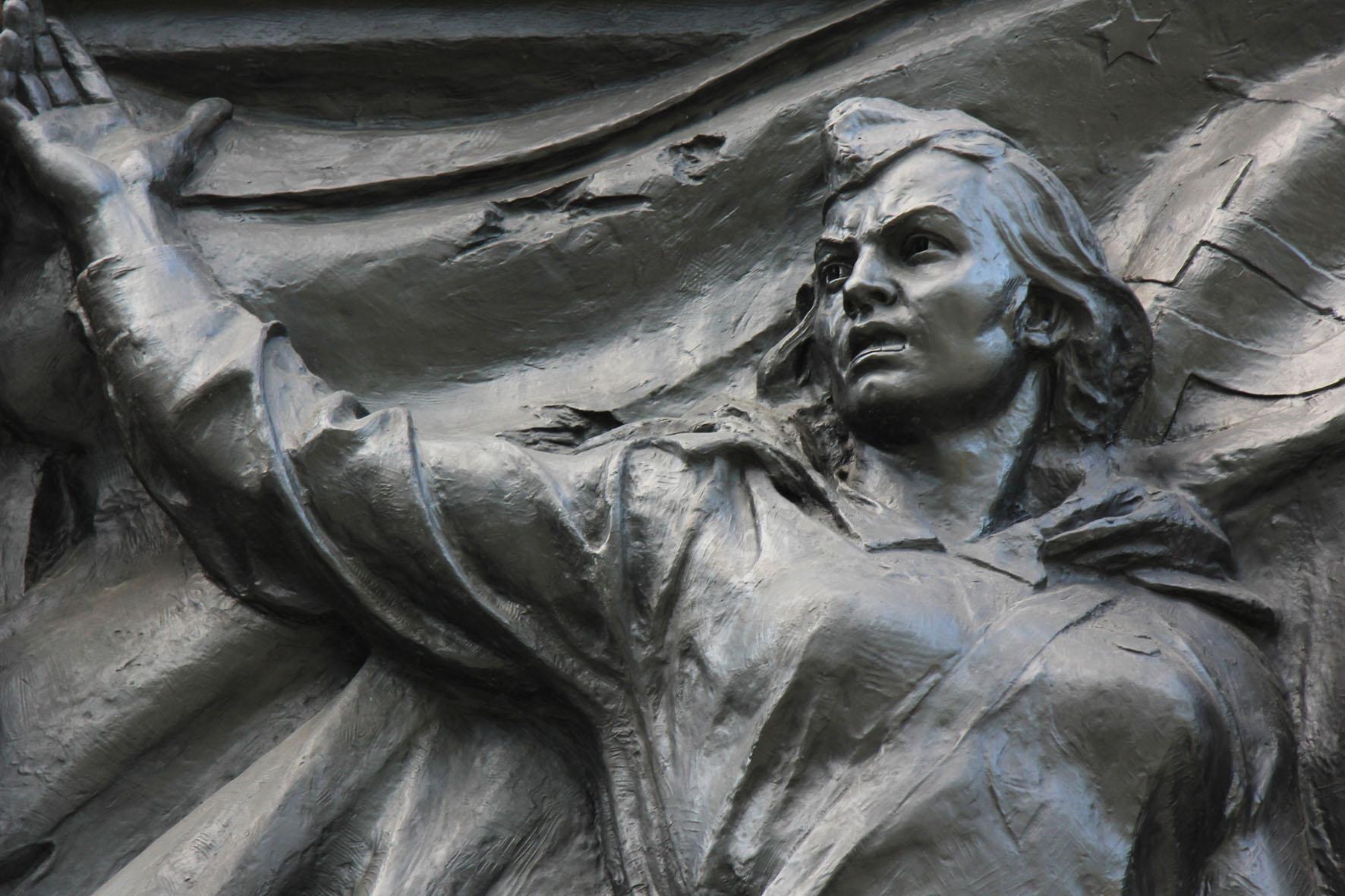 Ein Bronze Relief einer Soldatin an dem Sowjetischen Ehrenmal Schönholzer Heide in Berlin