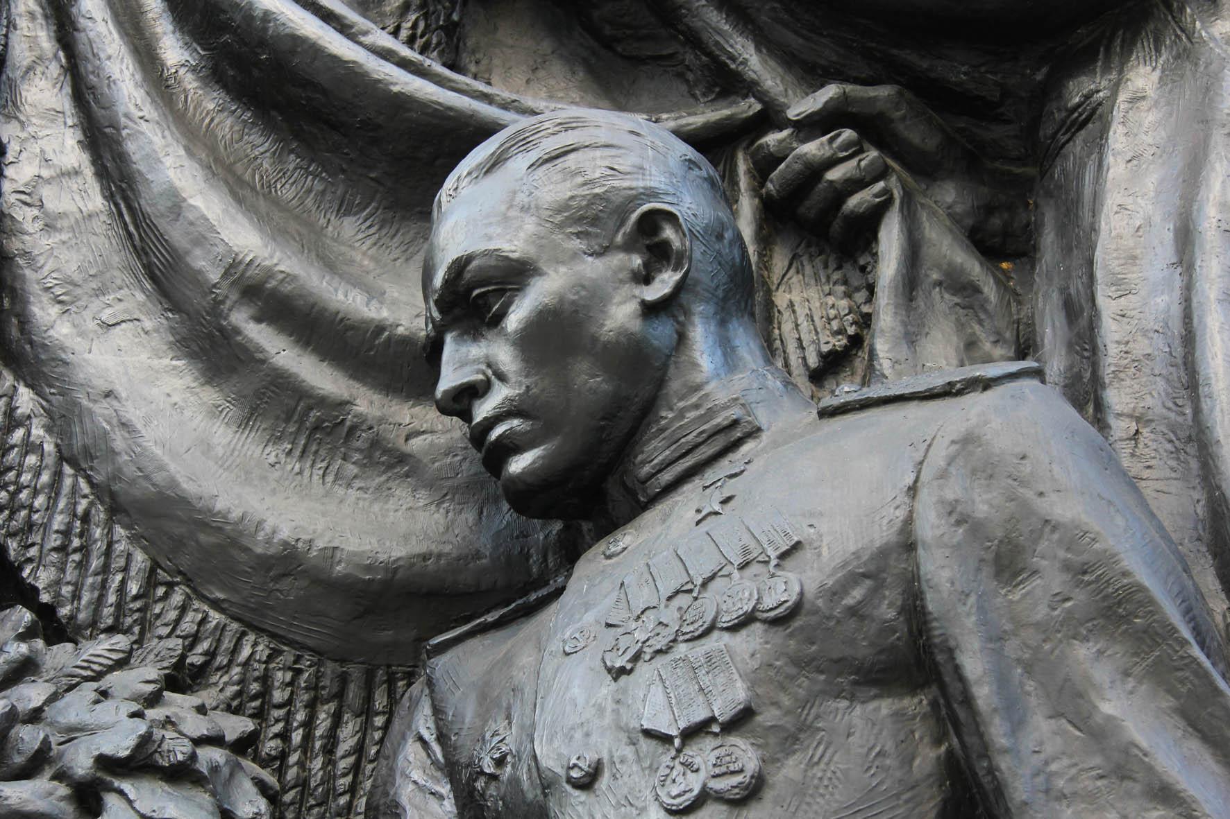 Ein Bronze Relief von Soldaten an dem Sowjetischen Ehrenmal Schönholzer Heide in Berlin