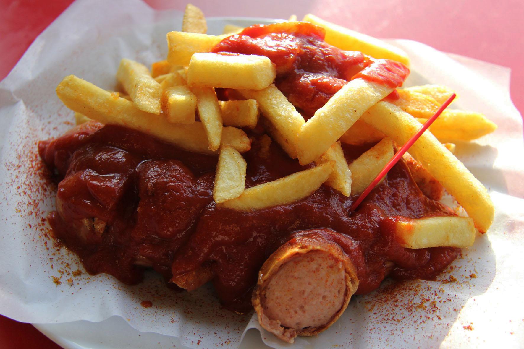 Currywurst mit Pommes von Curry Baude in Berlin Gesundbrunnen - einer der besten Currywurst in Berlin