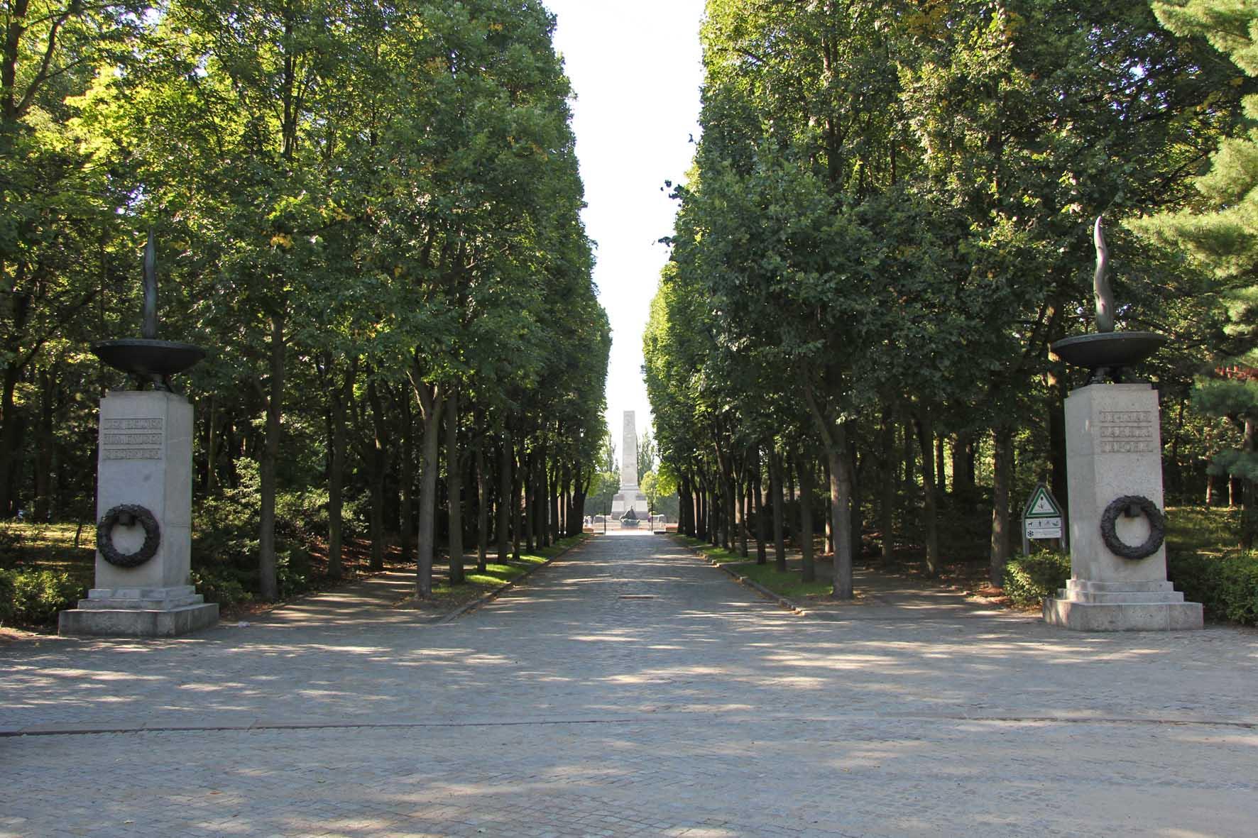 Eingang zum Sowjetischen Kriegsdenkmal Schönholzer Heide in Berlin