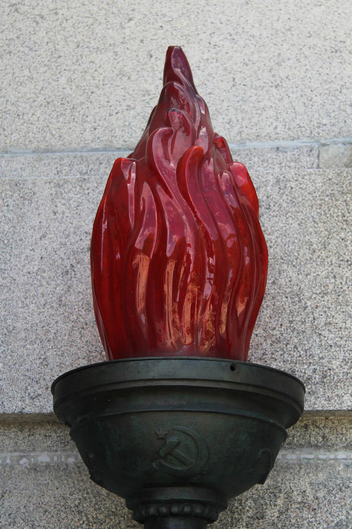 Die ewige Flamme an dem Sowjetischen Ehrenmal Schönholzer Heide in Berlin