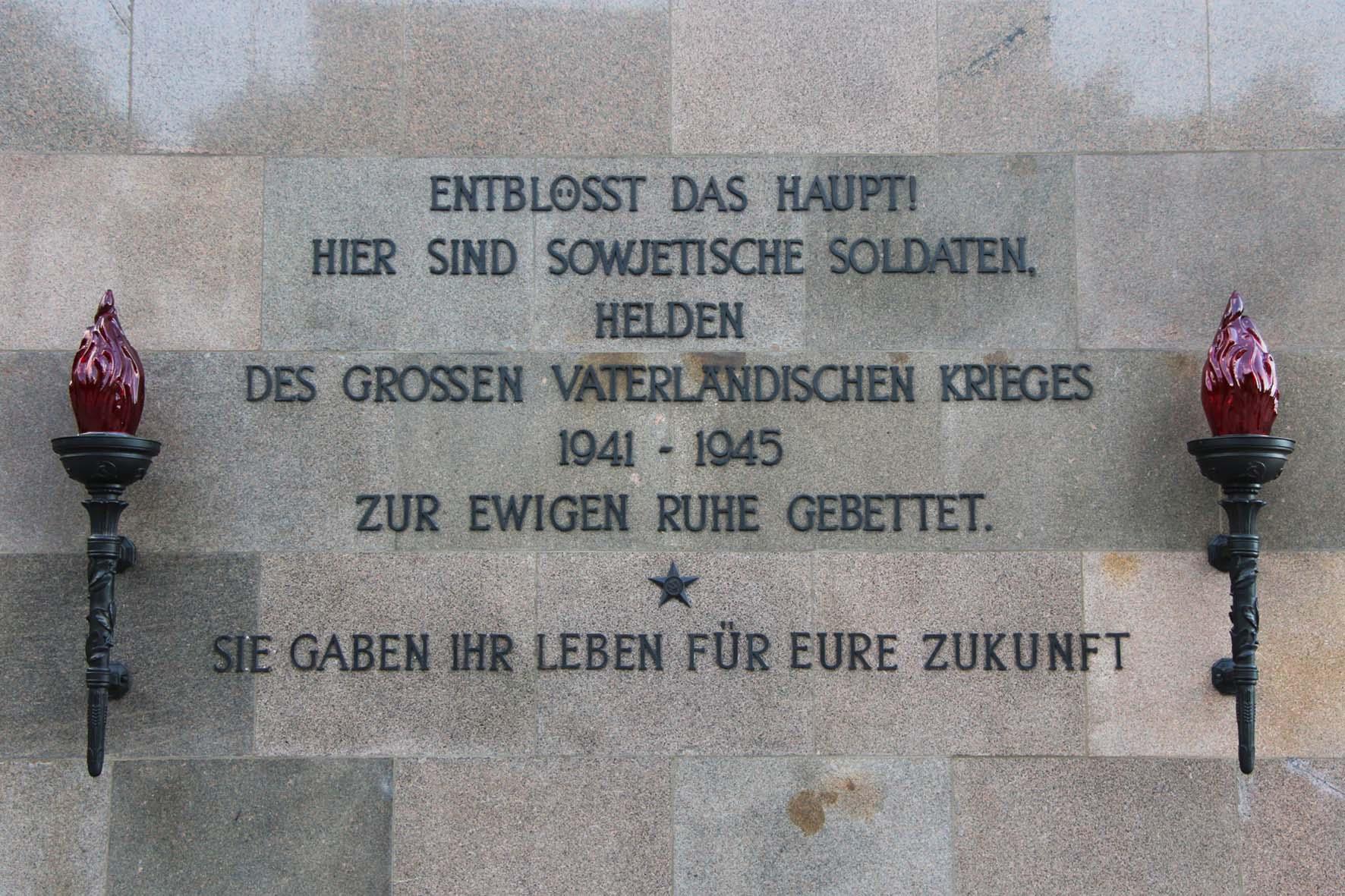 Deutsche Beschriftung an dem Sowjetischen Ehrenmal Schönholzer Heide in Berlin