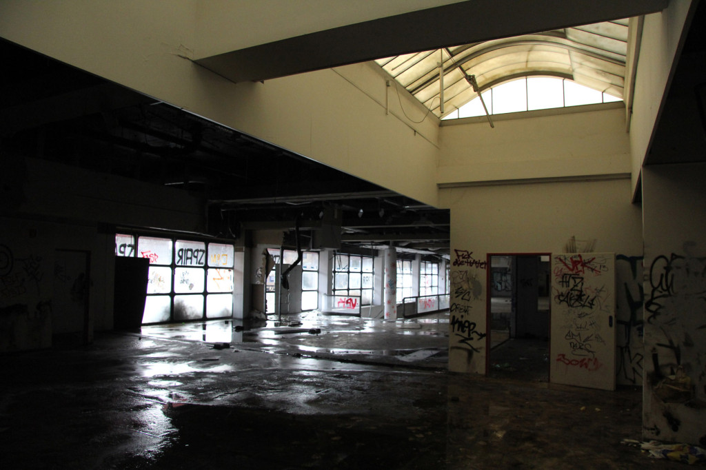 Inside Einkaufszentrum Cité Foch - an abandoned shopping centre in Berlin