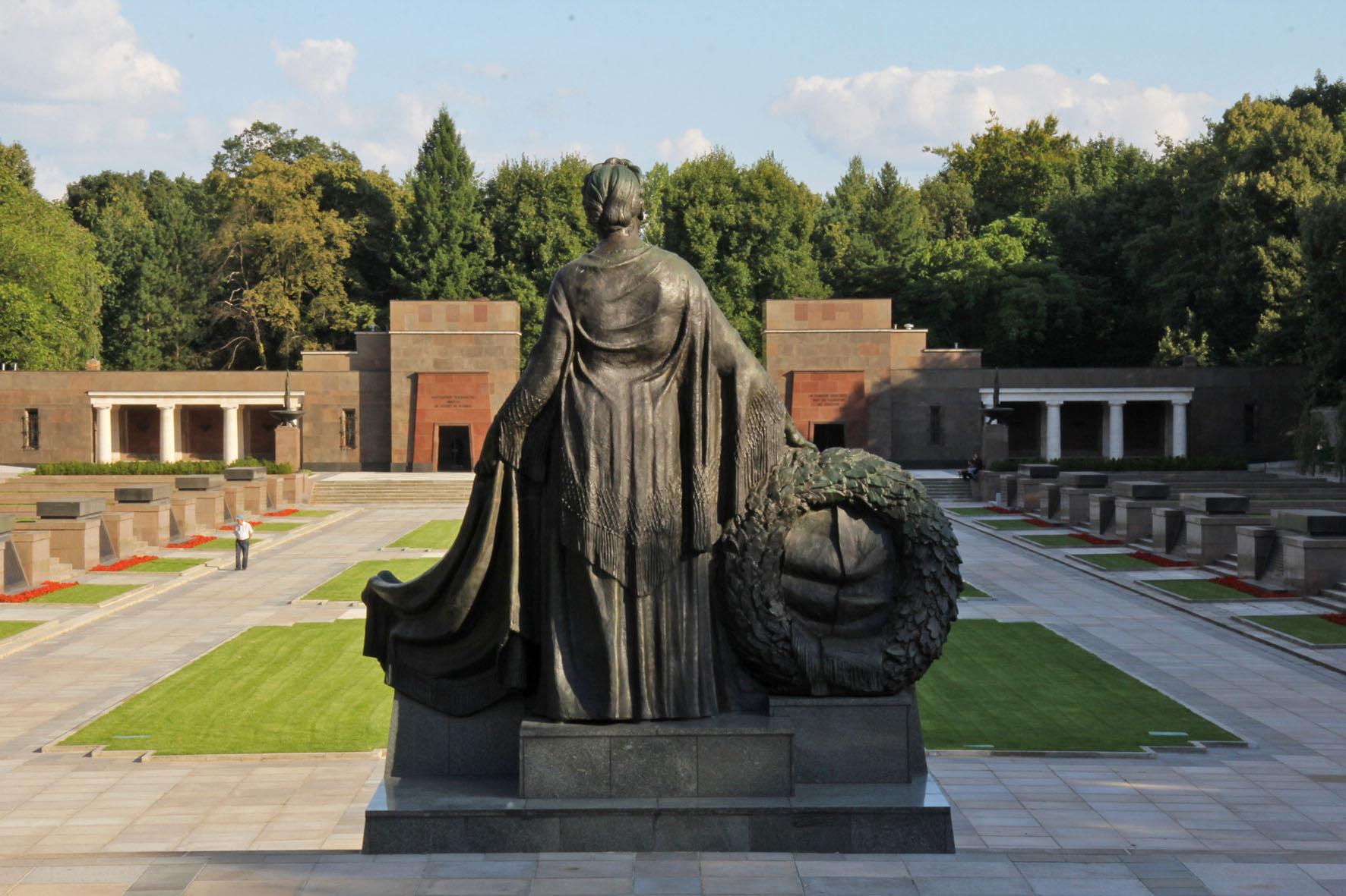 Mutter Russland an dem Sowjetischen Ehrenmal Schönholzer Heide in Berlin