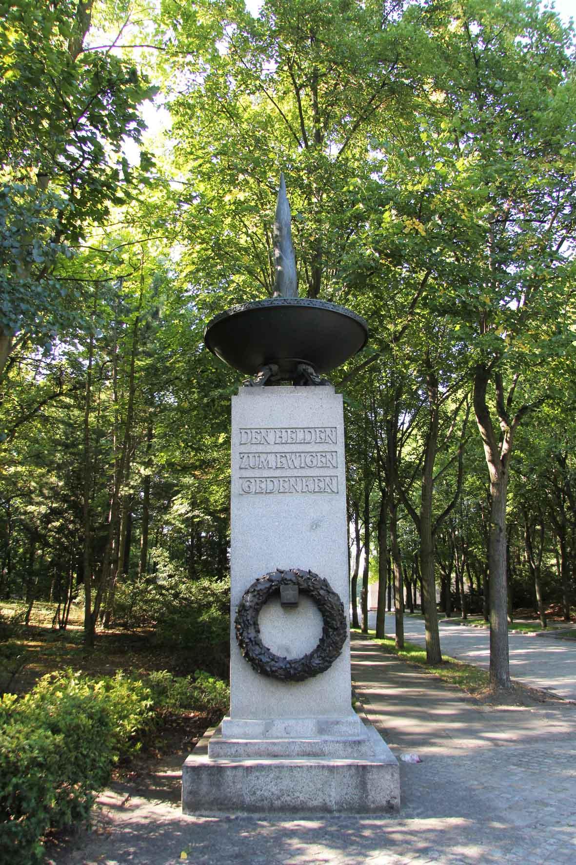 Eine Säule am Eingang zum Sowjetischen Ehrenmal Schönholzer Heide in Berlin