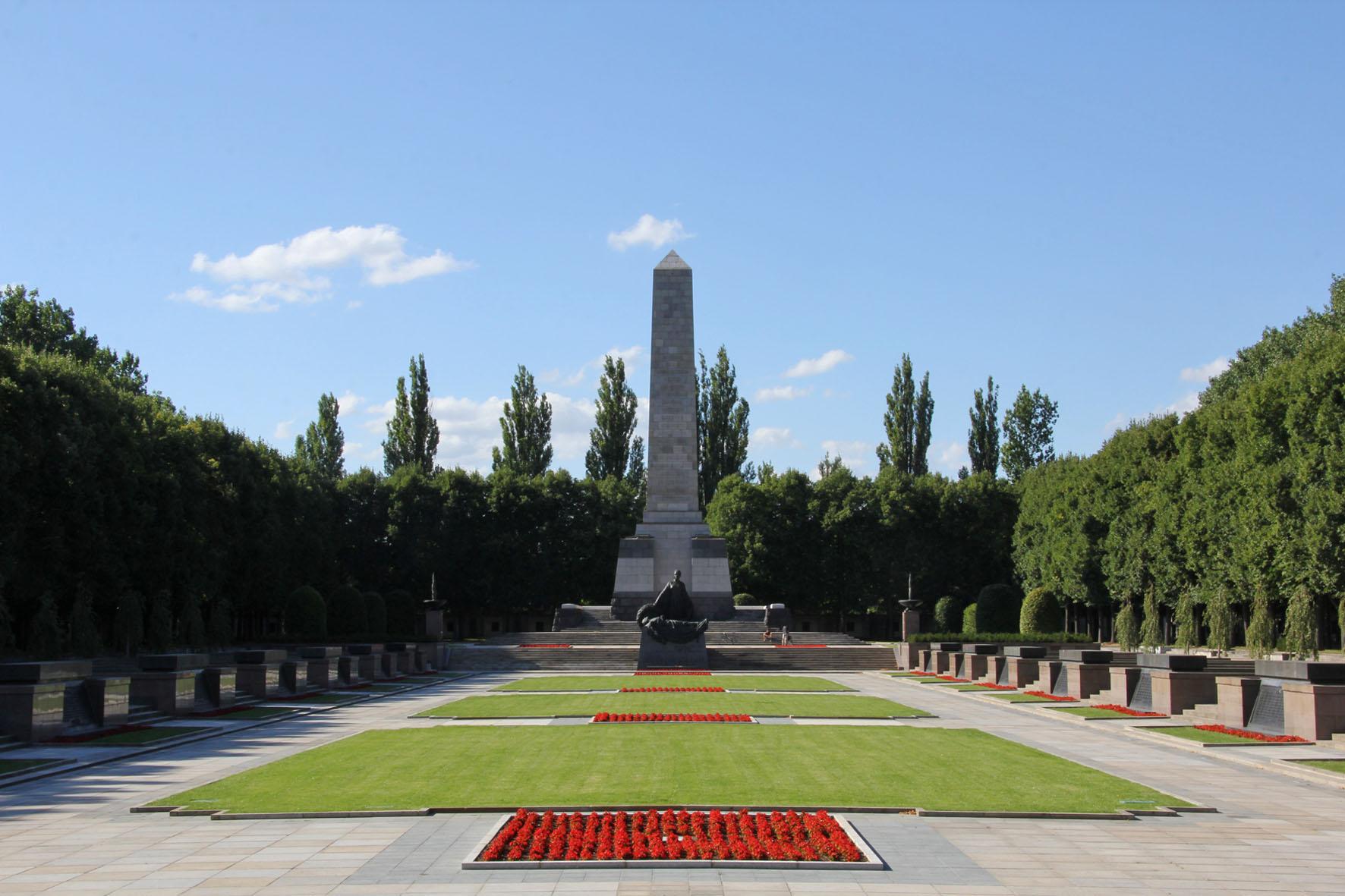 Das Sowjetische Ehrenmal Schönholzer Heide in Berlin