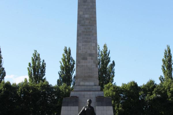 Soviet Memorial in Schönholzer Heide in Berlin 004