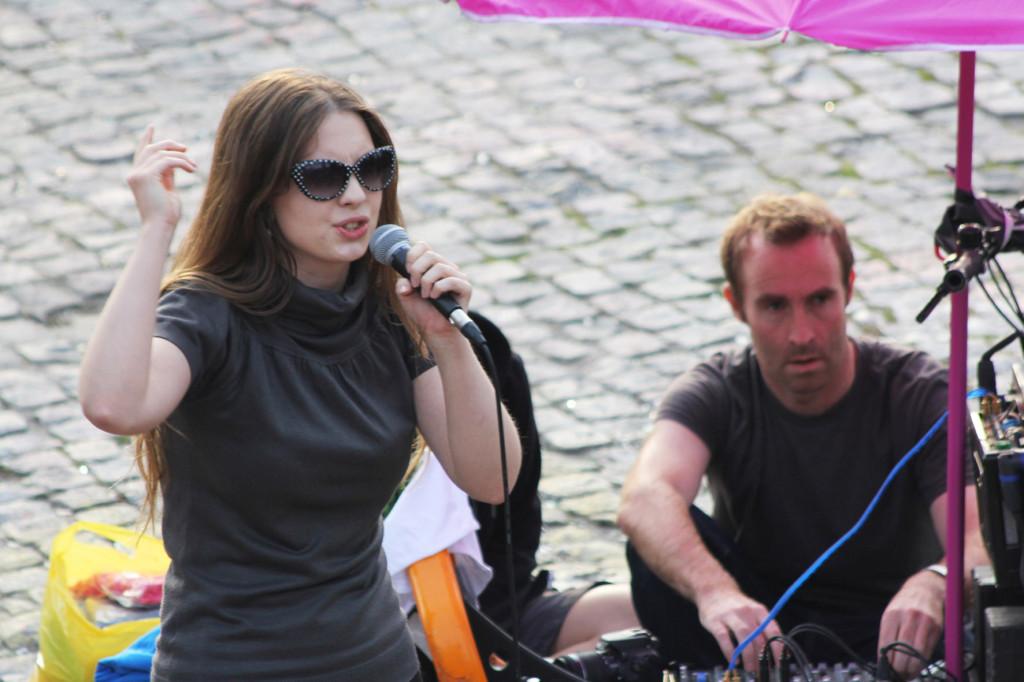 A performer at Bearpit Karaoke (Sonntags Karaoke im Mauerpark)