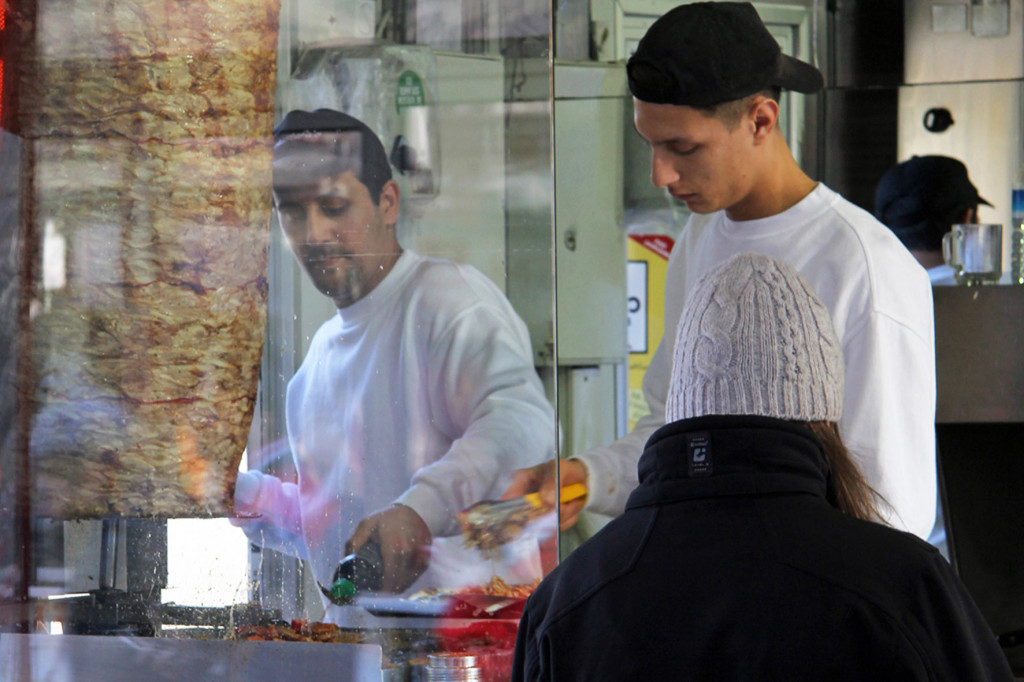 The serving window Mustafas Gemüse Kebap in Berlin