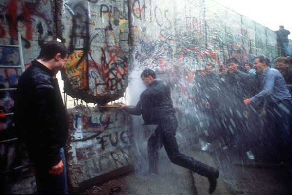 Anthony Suau - Iconic Photo of the Fall of the Berlin Wall