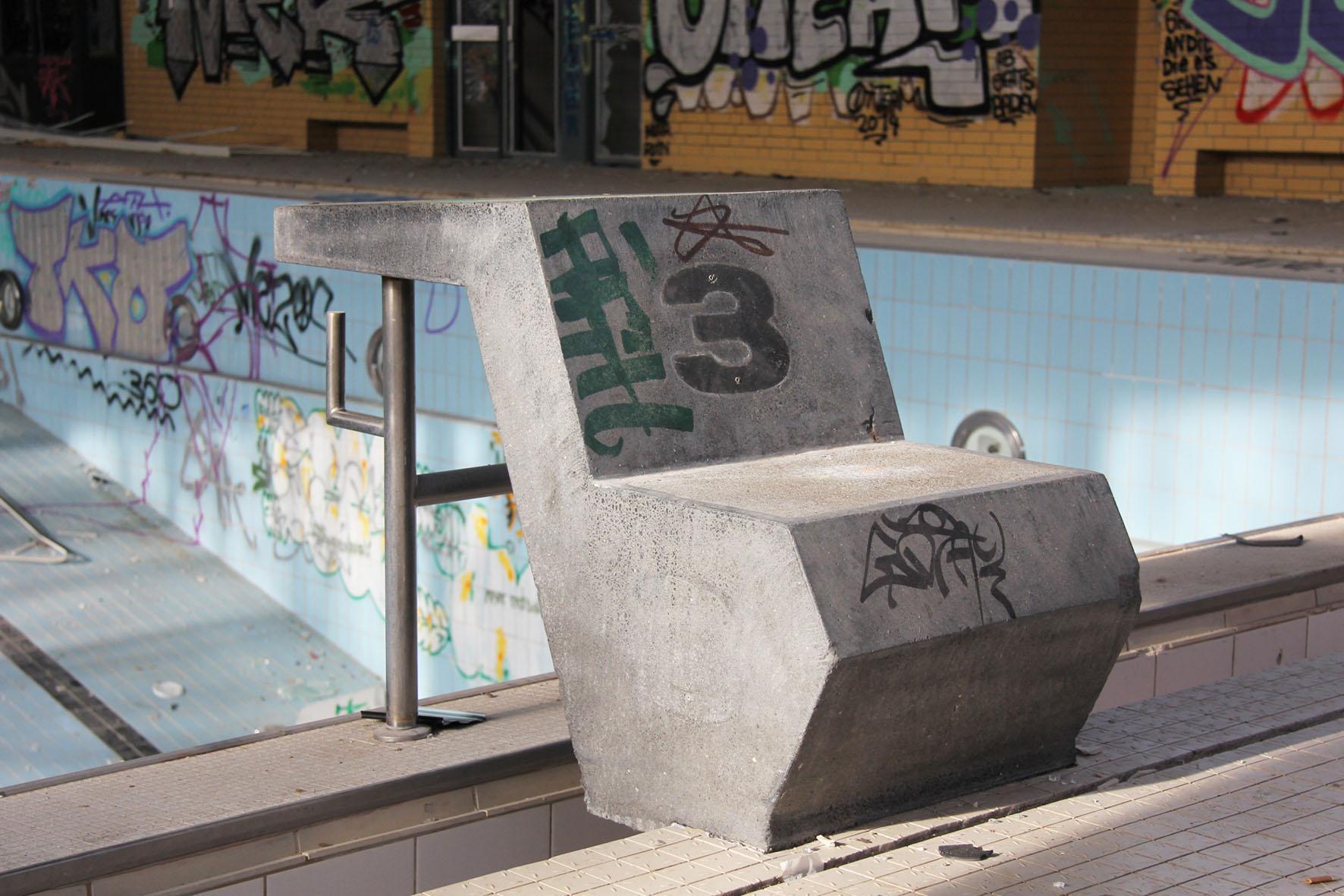 Startblock 3 im Franzosenbad Berlin - Ein verlassenes Schwimmbad in der Cité Foch, ehemals Heimat der französischen Alliierten, die nach dem Zweiten Weltkrieg in Berlin stationiert waren
