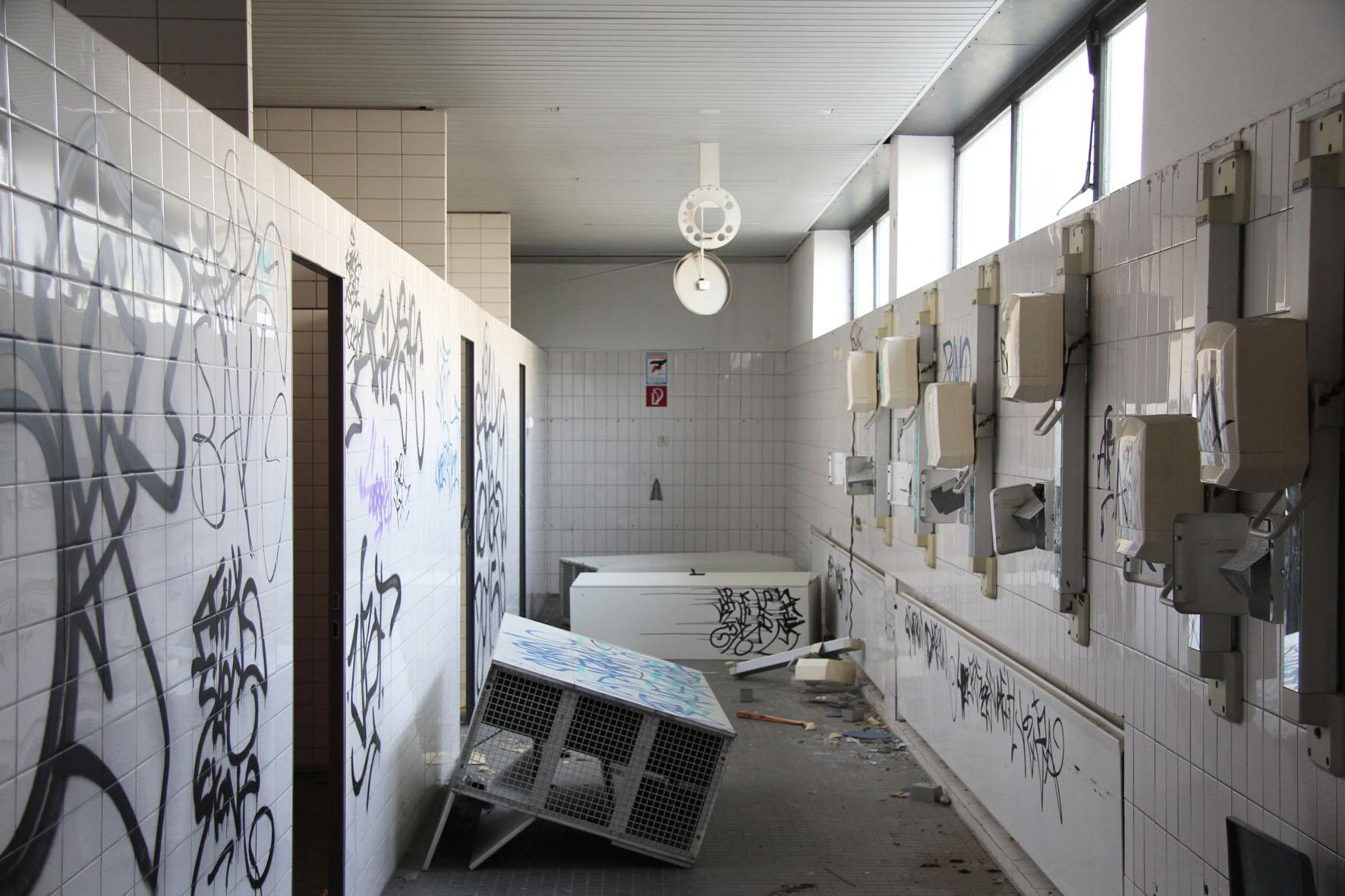 Der Umkleidebereich im Franzosenbad Berlin - Ein verlassenes Schwimmbad in der Cité Foch, ehemals Heimat der französischen Alliierten, die nach dem Zweiten Weltkrieg in Berlin stationiert waren