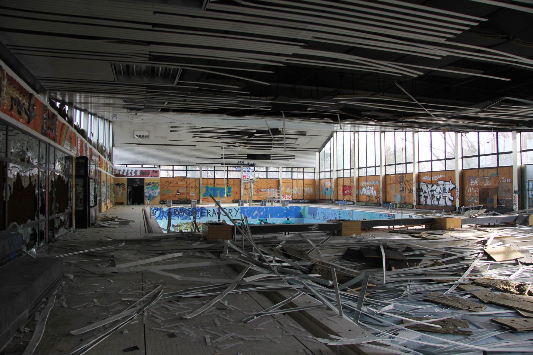 Zerstörung im Franzosenbad Berlin - Ein verlassenes Schwimmbad in der Cité Foch, ehemals Heimat der französischen Alliierten, die nach dem Zweiten Weltkrieg in Berlin stationiert waren