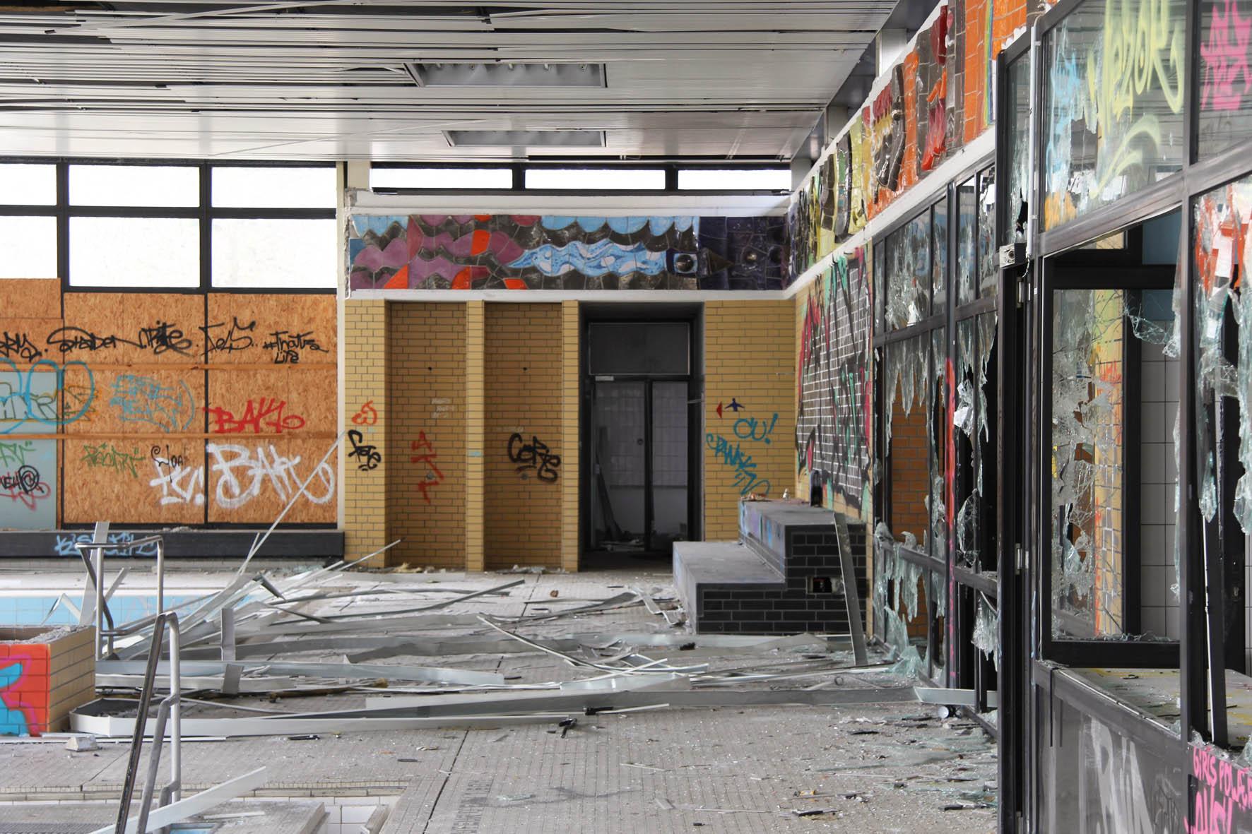 Türen und Fenster im Franzosenbad Berlin - Ein verlassenes Schwimmbad in der Cité Foch, ehemals Heimat der französischen Alliierten, die nach dem Zweiten Weltkrieg in Berlin stationiert waren