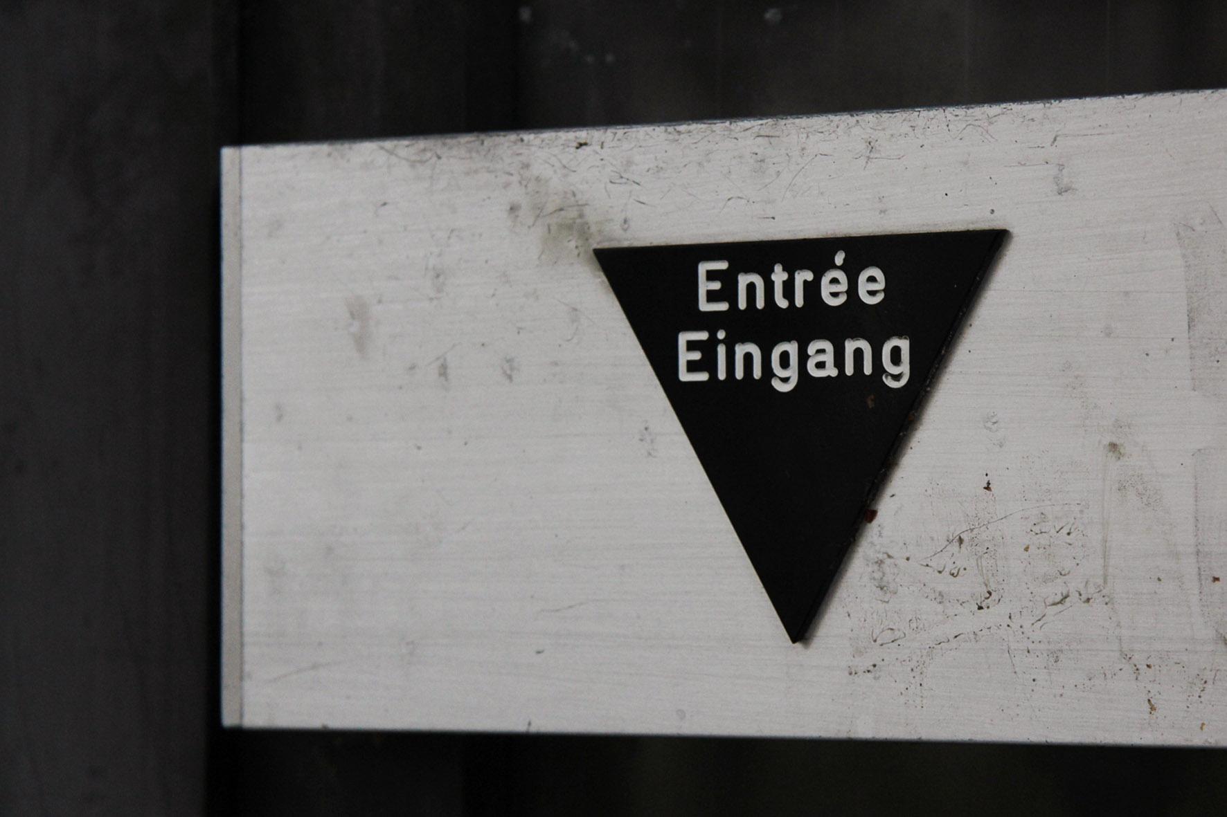 Entree / Eingang auf einer Tür im Franzosenbad Berlin - Ein verlassenes Schwimmbad in der Cité Foch, ehemals Heimat der französischen Alliierten, die nach dem Zweiten Weltkrieg in Berlin stationiert waren