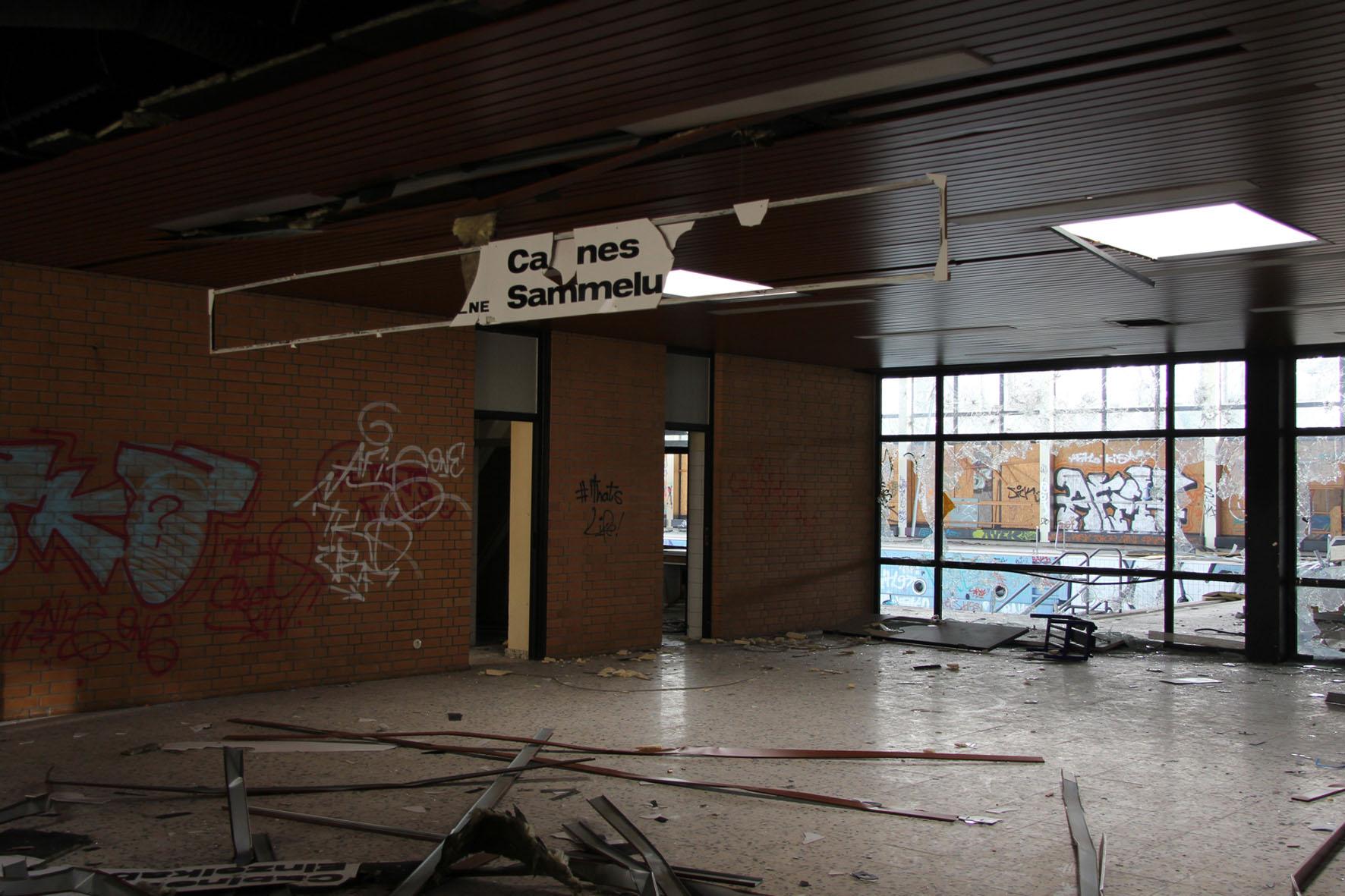 Die Eingangshalle im Franzosenbad Berlin - Ein verlassenes Schwimmbad in der Cité Foch, ehemals Heimat der französischen Alliierten, die nach dem Zweiten Weltkrieg in Berlin stationiert waren