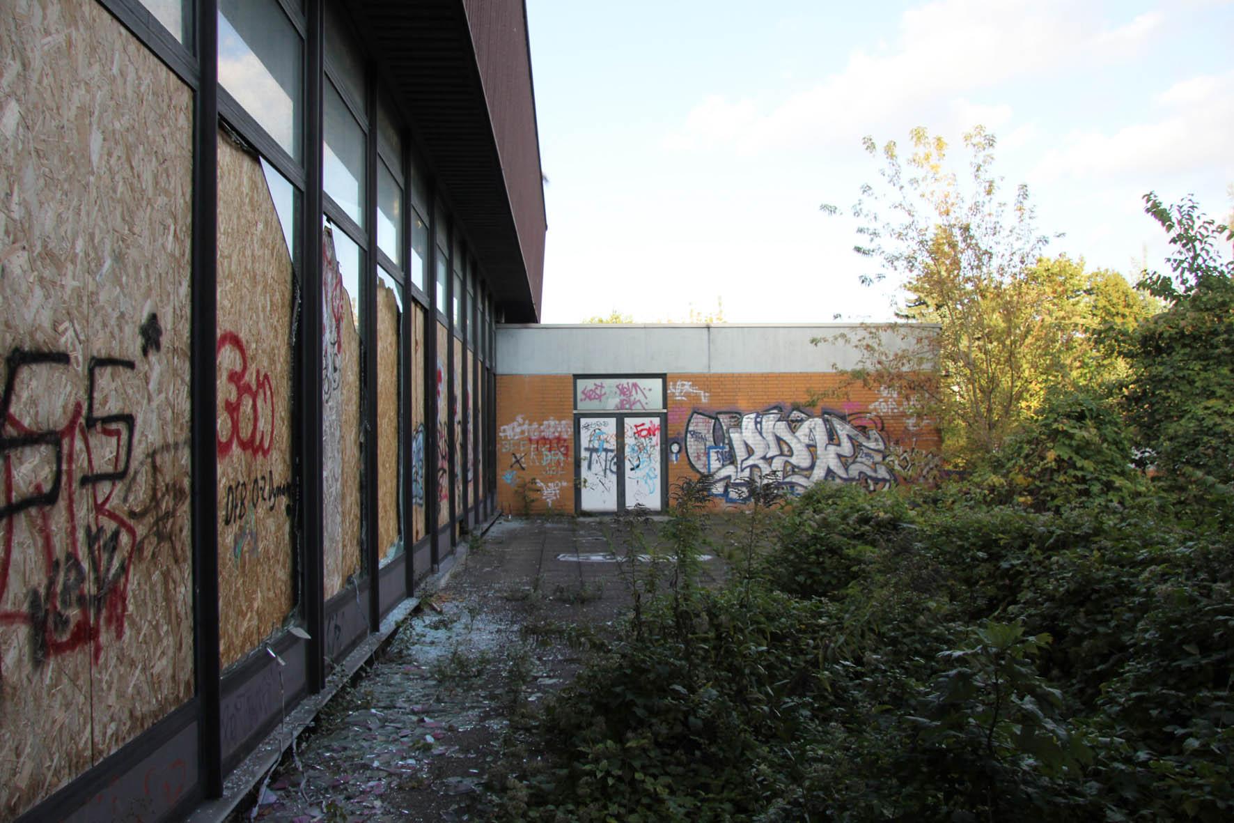 Außenfläche am Franzosenbad Berlin - Ein verlassenes Schwimmbad in der Cité Foch, ehemals Heimat der französischen Alliierten, die nach dem Zweiten Weltkrieg in Berlin stationiert waren