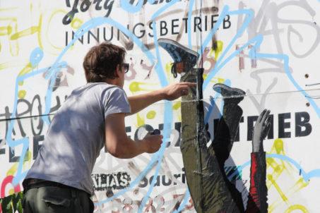 rp_ALIAS-working-on-a-new-Ikarus-Street-Art-piece-in-Berlin-1024x682.jpg