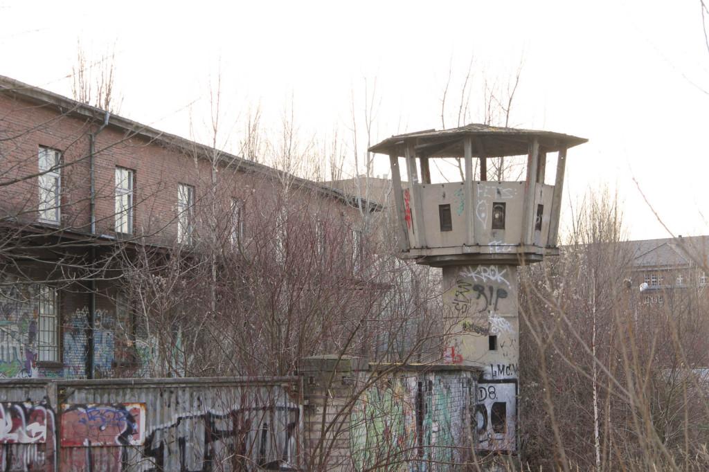 Ein verlassener DDR-Ära-Wachturm in Berlin Weißensee im Februar 2014