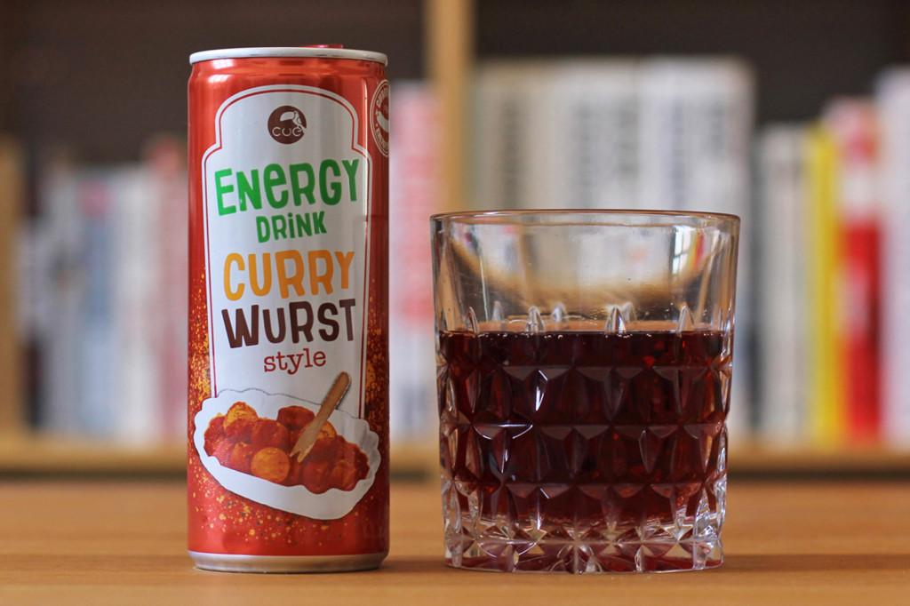 Eine Dose und ein Glas Currywurst Energy Drink